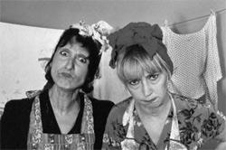 Zwei sehr wütende Hausfrauen auf der Wanderschaft